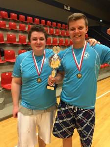 Andreas og Kian med det synlige bevis for sejren i Aalborg